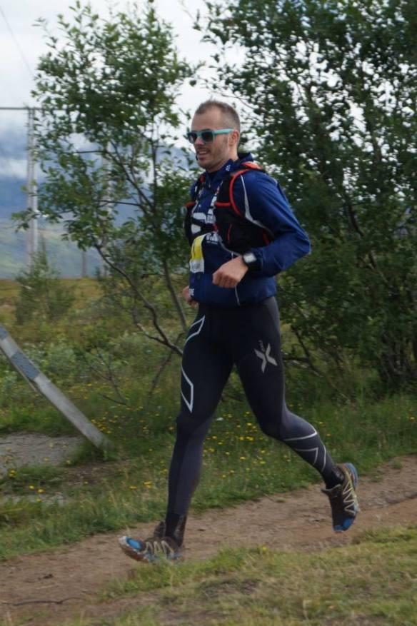 Mr Heelstrike entrer Fjellstua etter å ha lidet seg nedover fra Bønntuva via Fløya. Foto: Catrine Trygstad, Northern Runners.